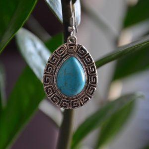 Oorbellen met turquoise kleur steen druppelvormige met oud grieks patroon er omheen