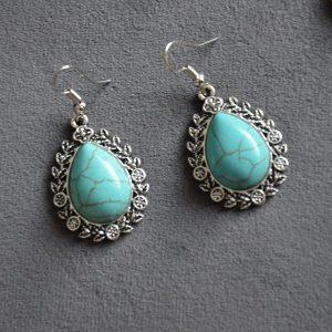 Turquoise steen druppelvormige oorhangers met oud uitziend staale omkapseling