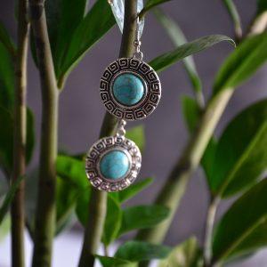 Ronde oorbellen met turquoise steen met klassiek oud romeins patroon
