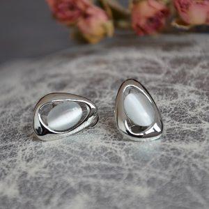 Mooie zilverkleurige oorbellen stekers met parel ovaal