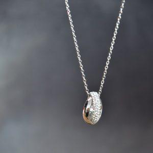 Zilverkleurige ketting met 2 ringen in elkaar met hierop glittertjes